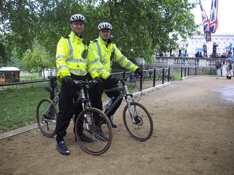 File:'London Policemen' on duty at 'St James Park' in London..jpg