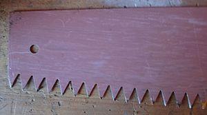 Зубья крупнозубой пилы крупным планом. Двуручная пила имеет зубья вот такого размера (для примера дана одноручная крупнозубая пила)