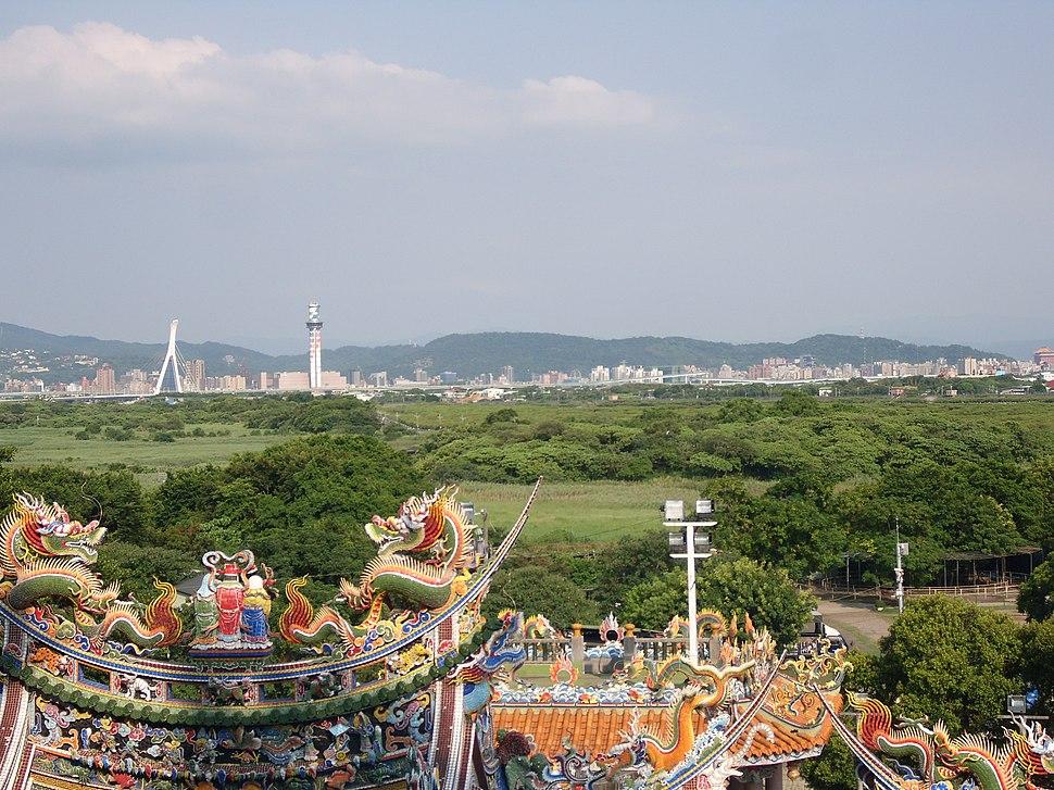 關渡宮前方的關渡自然公園(左)與關渡自然保留區(右)