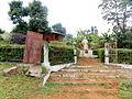 02 - Monument de Fo-Mbassa et la plaque énuméran la dynastie Bandjoun.JPG