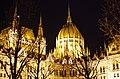03 2019 photo Paolo Villa - F0197917 (Original)- Budapest - Parlamento - notte - luci - alberi - cupola - Neomedievalismo Neogotico.jpg