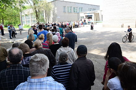 A line to enter a polling place in Donetsk city, 11 May 2014-05-11. Референдум в Донецке 017.jpg