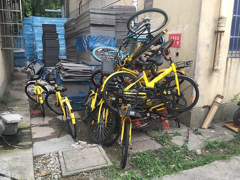 File:20170814损坏的ofo单车堆.jpg
