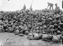 Un cumulo di granate da due pollici per mortaio nelle retrovie britanniche, luglio 1916.