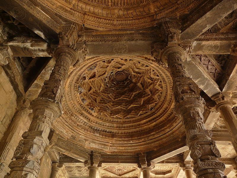 File:Adhai Din-ka-Jhonpra Column, beam and dome detail (6134501032).jpg