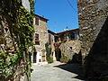 Ampio scorcio di piazza Castello a Montemerano.JPG