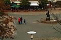 Anna-Blume-Brunnen in Hannover von Max Sauk auf dem Mühlenberger Markt, Blick herab über den Platz vom Gebäude des Jugendpsychologischen Dienstes.jpg