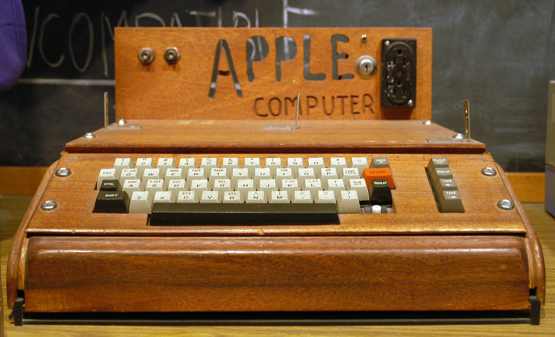 Produk pertama Apple, Apple I, ditemukan oleh salah satu pendiri Apple Steve Wozniak, dijual sebagai papan sirkuit rakitan dan tidak memiliki fitur dasar seperti keyboard, monitor, dan kasing. Pemilik unit ini menambahkan keyboard dan kotak kayu.