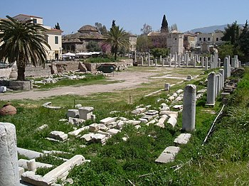 Ρωμαϊκή Αγορά στην Αθήνα. Διακρίνονται οι κιονοστοιχίες των στοών που περιέβαλλαν την κεντρική της πλατεία