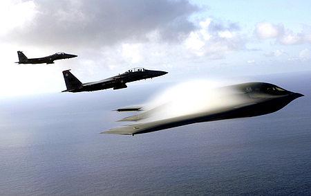 B-2 au dessus de l'océan Pacifique accompagné de F-15E
