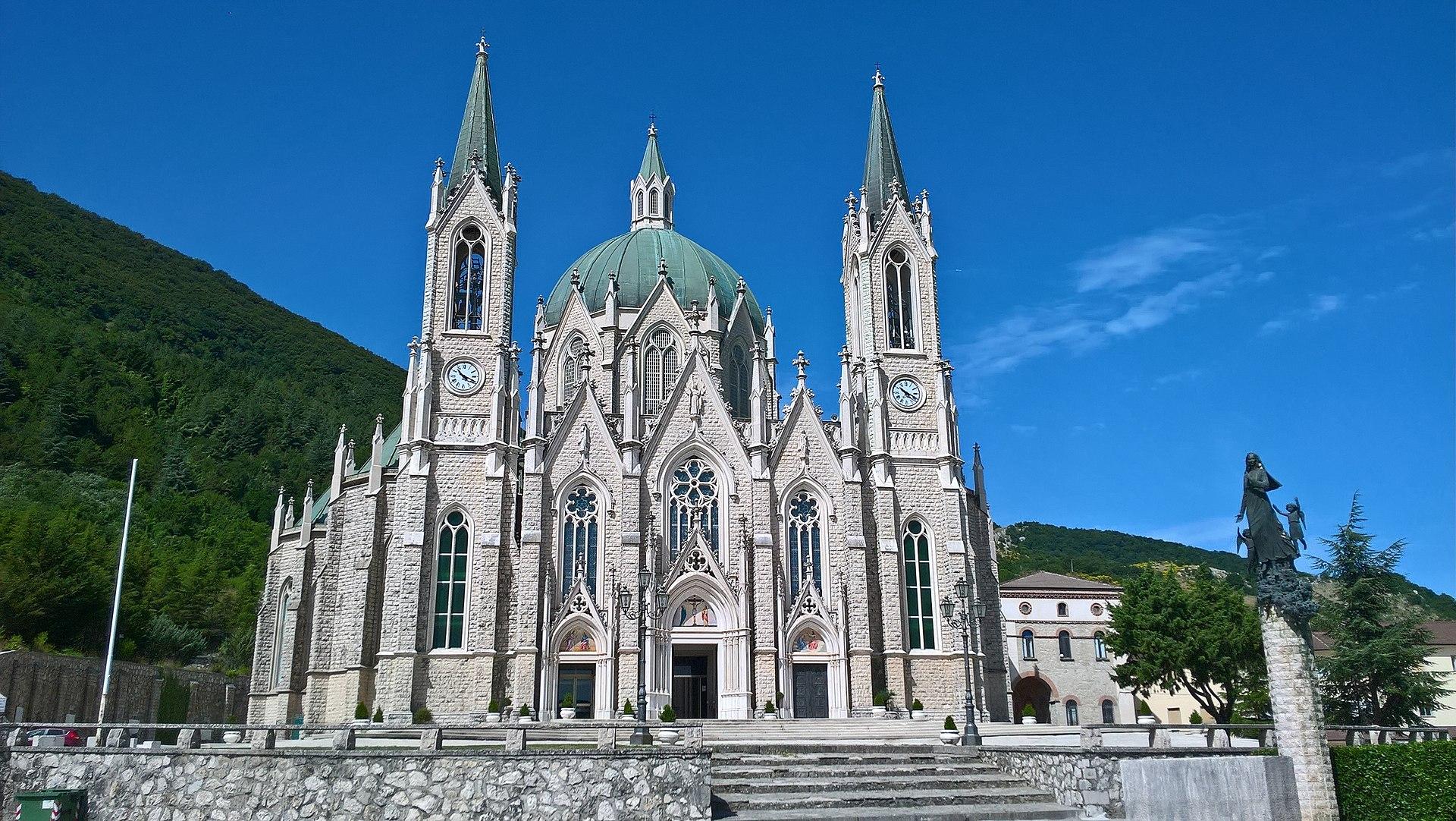 Basilica minore dell'Addolorata (Castelpetroso)03.jpg