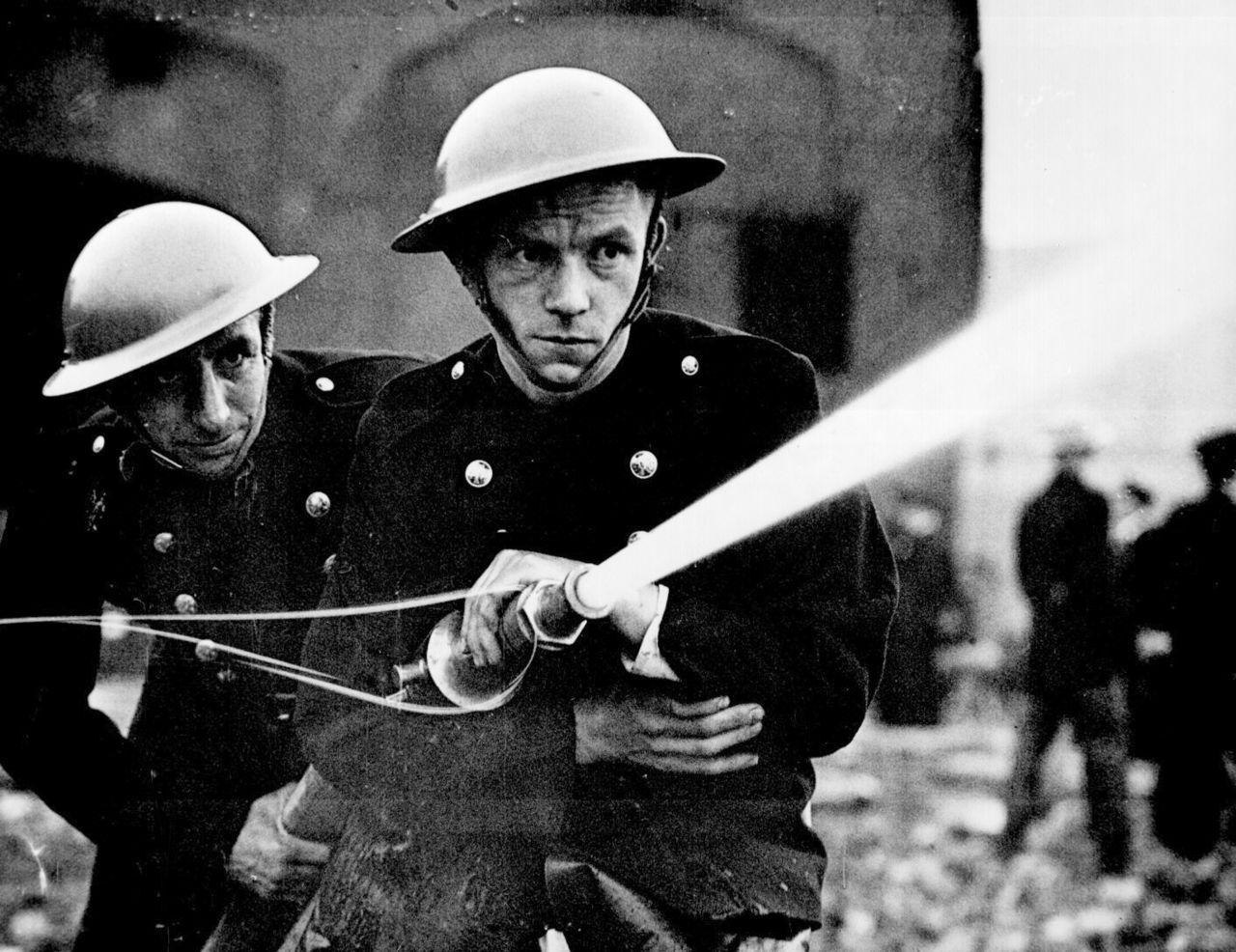 Pompiers londoniens en action pendant le Blitz. Bataille d'Angleterre.