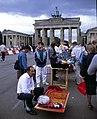 Berlin-Russenmarkt-04-Brandenburger Tor-1993-gje.jpg