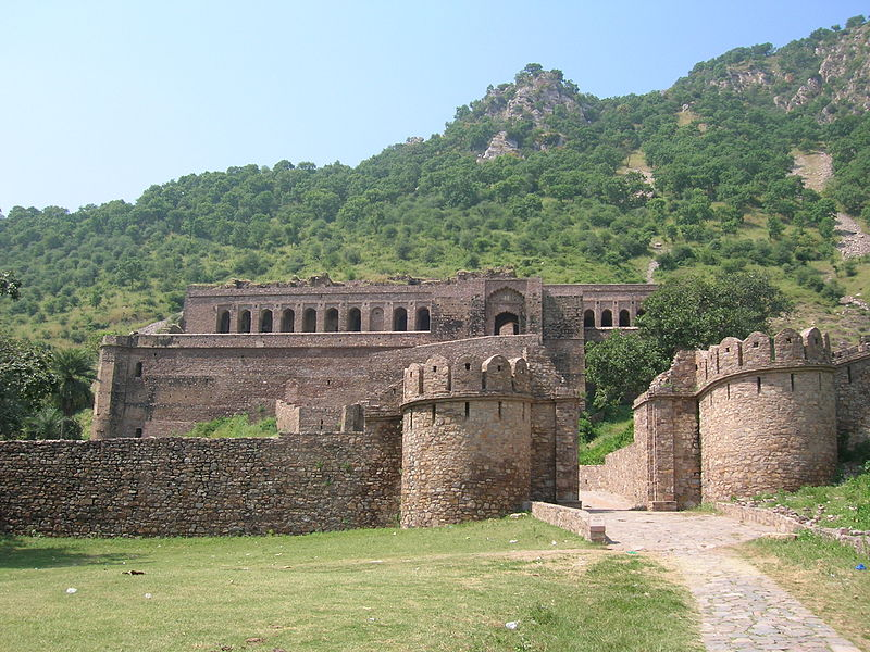 File:Bhangarh Fort Entrance.JPG