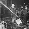 Brand in Spuistraat te Amsterdam bij de Fa. Westor , een kok helpt de brandweer , Bestanddeelnr 914-7318.jpg