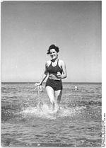 Bundesarchiv Bild 183-25025-0005, Graal-Müritz, junge Frau beim Baden.jpg