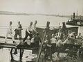 Burgerdeelnemers op het parcours van 55 km. op de pontonbrug bij Cuijk op de der – F40640 – KNBLO.jpg