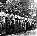 COLLECTIE TROPENMUSEUM Danseressen stellen zich op voor een dans tijdens een dodenfeest in kampong Sadang Celebes TMnr 10003211.jpg