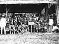 COLLECTIE TROPENMUSEUM Een groep Kantoe Dajaks tijdens het bezoek van Gouverneur-Generaal J.P. Graaf van Limburg Stirum aan Borneo TMnr 60018486.jpg