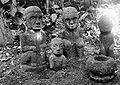 COLLECTIE TROPENMUSEUM Een viertal hurkende cultusbeelden van Simalungun-Batak TMnr 10000895.jpg