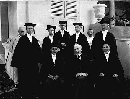Dutch, Eurasian and Javanese professors of law at the opening of the Rechts Hogeschool in 1924. COLLECTIE TROPENMUSEUM Professoren der Rechts Hogeschool in Batavia TMnr 60012567.jpg