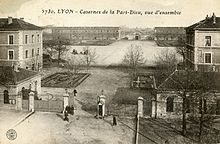 La part-dieu dans tourisme 220px-Casernes_de_la_Part-Dieu_Lyon_Carte_postale