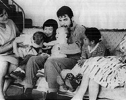 En la foto: Aleida March, Camilo(h), Hilda (h), Che con Celia (h) en brazos y Aleida (h), 1963