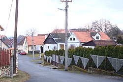 Chvalovice, domy v obci.jpg