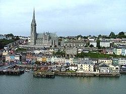 Vista del centro de Cobh desde la bahía.