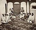 Dayal, Raja Lala Deen - Sir Jayaji Rao Sindhia, Maharadscha von Gwalior, mit Aufsehern (Zeno Fotografie).jpg
