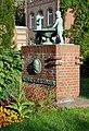 Denkmal fuer Arthur Schlossmann im Universitaetsklinikum in Duesseldorf-Bilk, von Westen.jpg