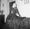 Dochter in klederdracht poseert zittend op een dekenkist, Bestanddeelnr 252-8784.jpg