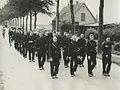 Een groep agenten van politie op de tweede dag van de 26e Vierdaagse. – F40742 – KNBLO.jpg