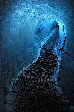 Caverna glacial no interior de uma geleira na Su��a