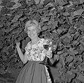 Erika Klein poseert met glas moezelwijn voor een muur begroeid met druiven, Bestanddeelnr 254-4642.jpg