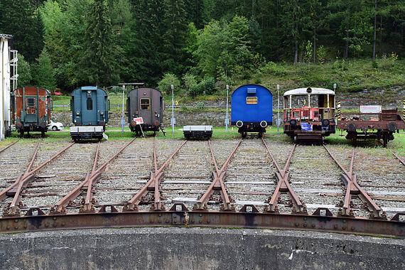 Erzbergbahn - abgestellte Waggons neben dem Ringlokschuppen in Vordernberg.jpg