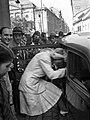 Eskűvő, 1943, a menyasszony beszáll az autóba. Fortepan 72537.jpg