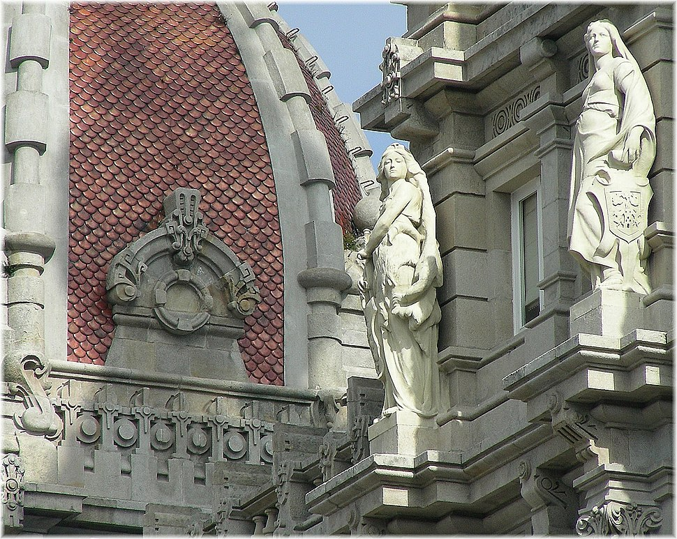 Estatuas na casa do concello da Coruña