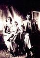 Eugenio ao centro com os pais e silvio.jpg