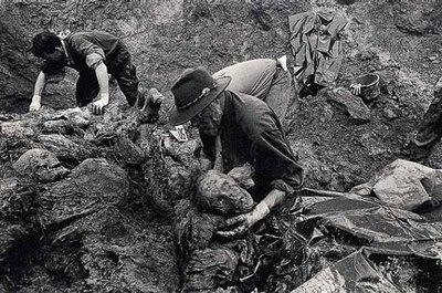 Exhumations in Srebrenica 1996.jpg