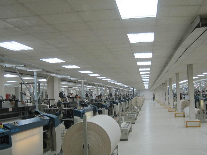 Datei:Fabric Production Floor.jpg