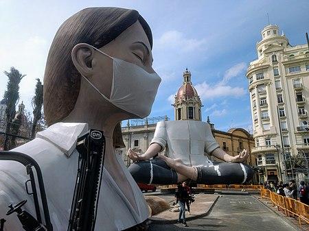 Falla de la plaça de l'Ajuntament de Valéncia de l'any 2020 sense acabar de plantar.