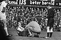 Feyenoord tegen Telstar 4-1, Coen Moulijn geblesseerd, verzorger Gerard Meijer r, Bestanddeelnr 917-6395.jpg
