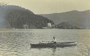 Fran Vesel - Ženska v čolnu na Blejskem jezeru.jpg