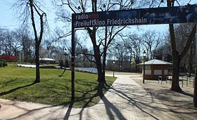 In Der Sommersaison Von Mai Bis September Wird Seit 1950 Auf Gerade Errichteten Freilichtbhne Im Volkspark Friedrichshain Das Open Air Kino