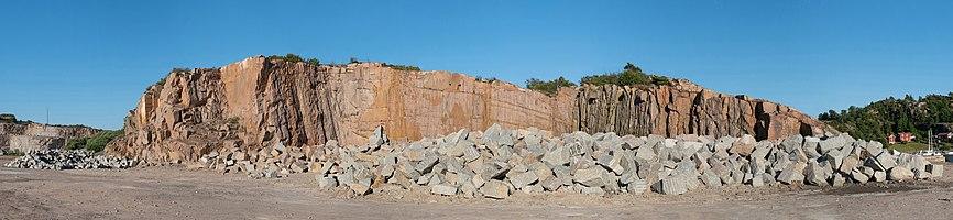 Gray granite rocks in front of red granite cliff in Rixö