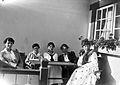 Gruppbild av Sigur, Ingrid, Elsa, Hilden Rydbeck och Ingeborg Olson i Osean villan vid verandan, Djurholmen - Nordiska Museet - NMA.0056848.jpg