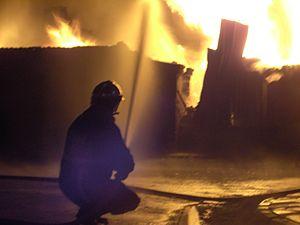 Ελληνικά: Φωτιά σε εργοστάσιο πλαστικών στο Άδ...