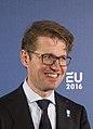 Handshake minister Sander Dekker (24559869151) (cropped).jpg