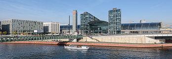 Hauptbahnhof-Berlin-mit-Spree-Steigenberger-2015.jpg